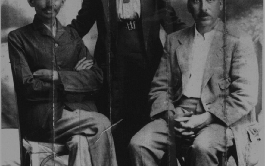 Mahatma Gandhi, jo sekretorė Sonia Schlesin ir dr. Hermannas Kallenbachas