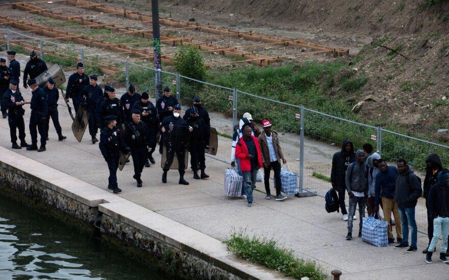 Prancūzijos policija likvidavo didžiausią migrantų stovyklą Paryžiuje
