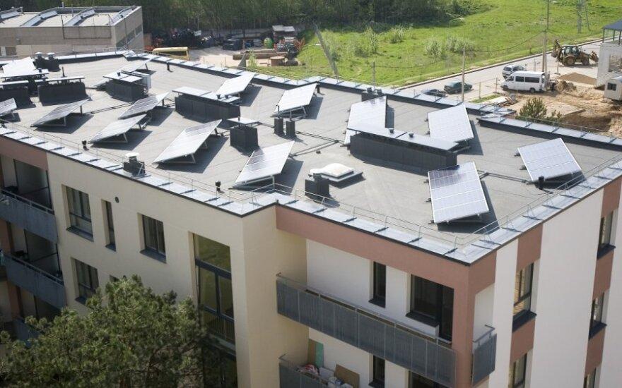 Daugiabutis su saulės kolektorių jėgaine ant stogo