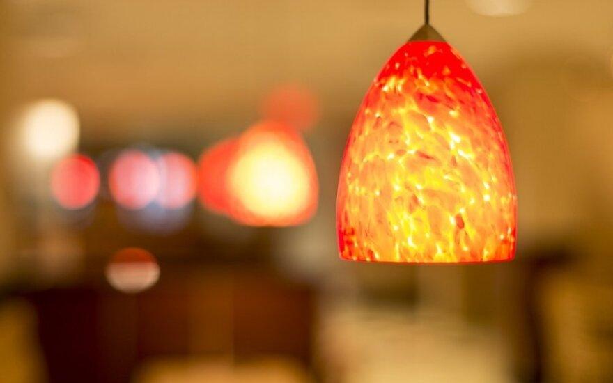 Kaip tinkamai pakeisti elektros lemputę?