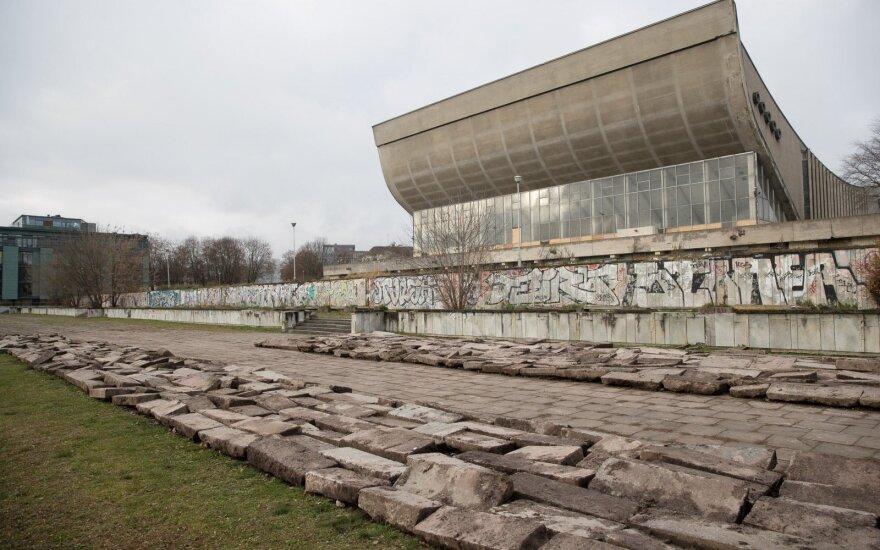 Antkapiai ir akmenys prie sporto rūmų