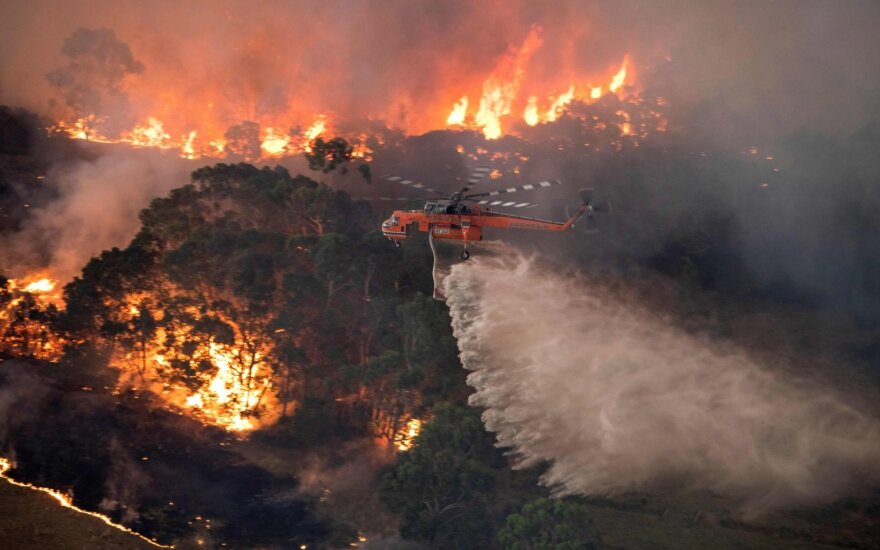 Australija pasiuntė karinių laivų ir orlaivių į pagalbą gaisrų atkirstiems miestams
