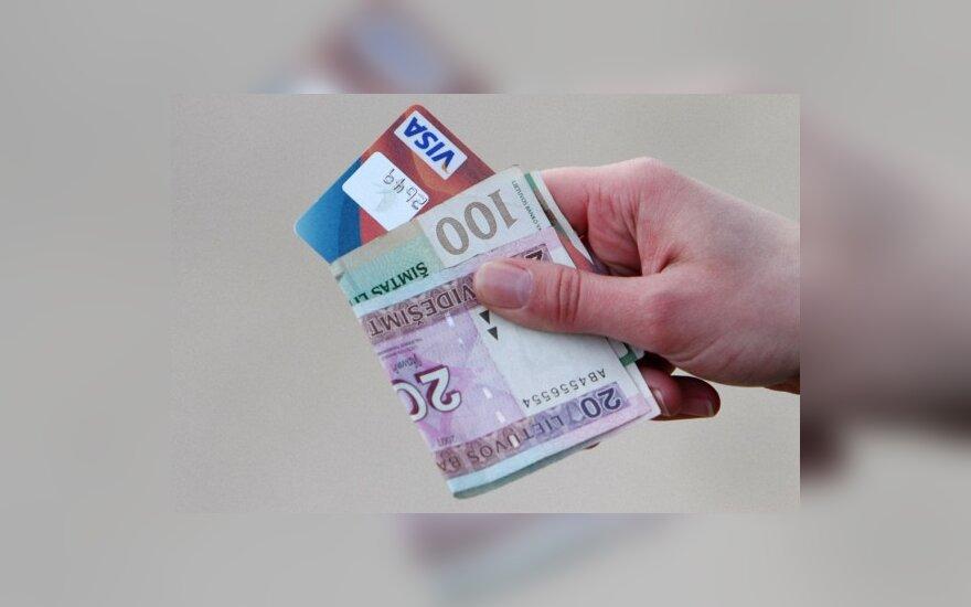 Brangius rūbus perkantys lenkai bandė atsiskaityti svetima kortele