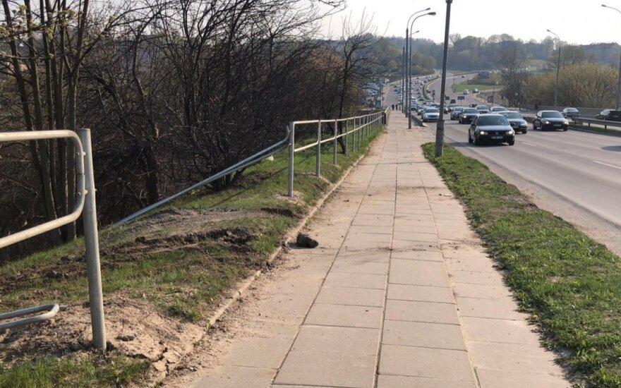 Vilniuje blogai pasijutęs BMW vairuotojas nulėkė nuo kelio