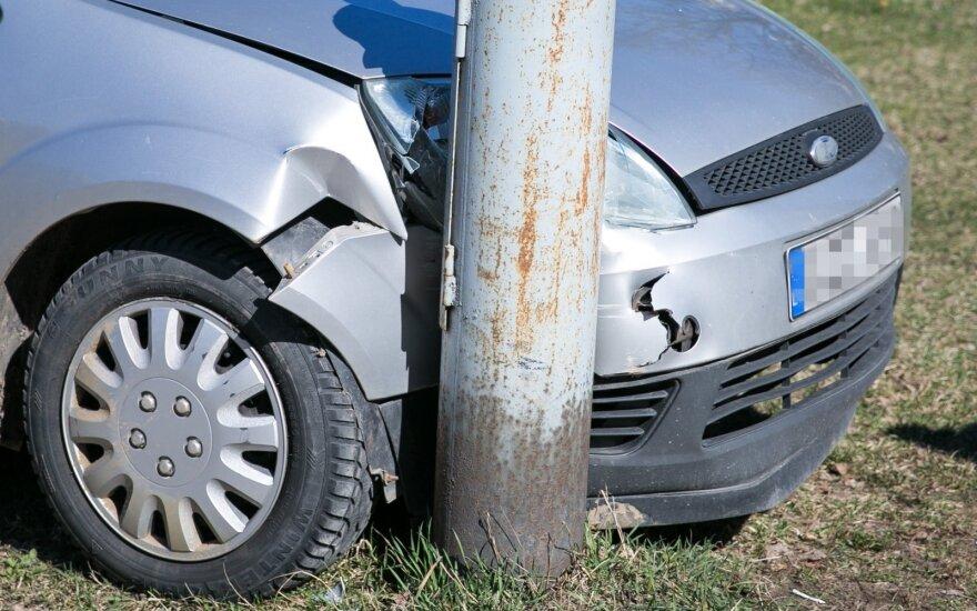 Vilniuje automobilis rėžėsi į stulpą, vairuotojas - be sąmonės