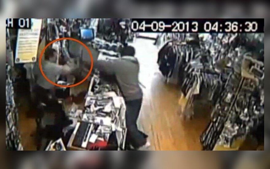 Susidorojo su parduotuvės užpuoliku