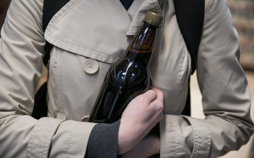 Policija gaudo feisbuke siūlančius parūpinti alkoholio