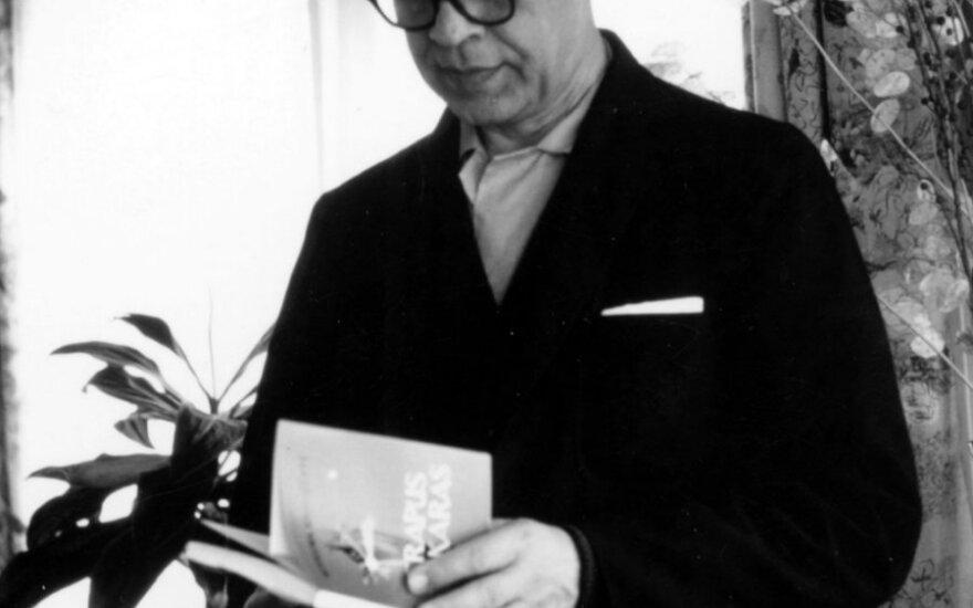 """Viena paskutiniųjų prof. J. Brazaičio nuotraukų - Rozalijos Šomkaitės namuose su Kotrynos Grigaitytės poezijos tomeliu """"Trapus vakaras"""". 1974 m. Iš knygos """"Ugninis stulpas"""". Č.Grincevičiaus nuotr."""