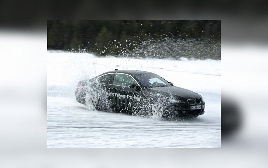 Sugrįžęs sniegas ženkliai padidino nuostolius keliuose