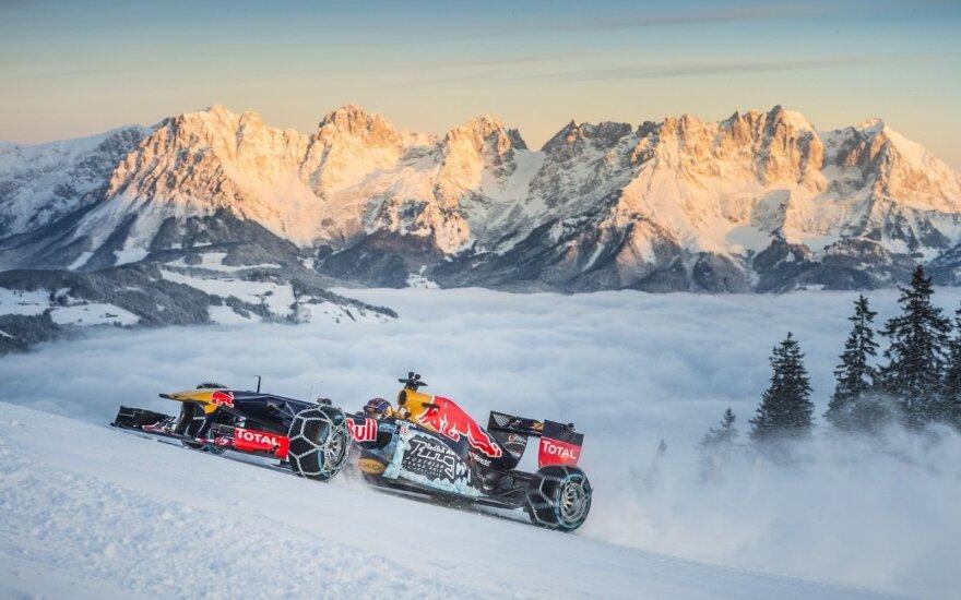 Maxas Verstappenas F-1 automobiliu leidžiasi kalnų slidinėjimo trasa