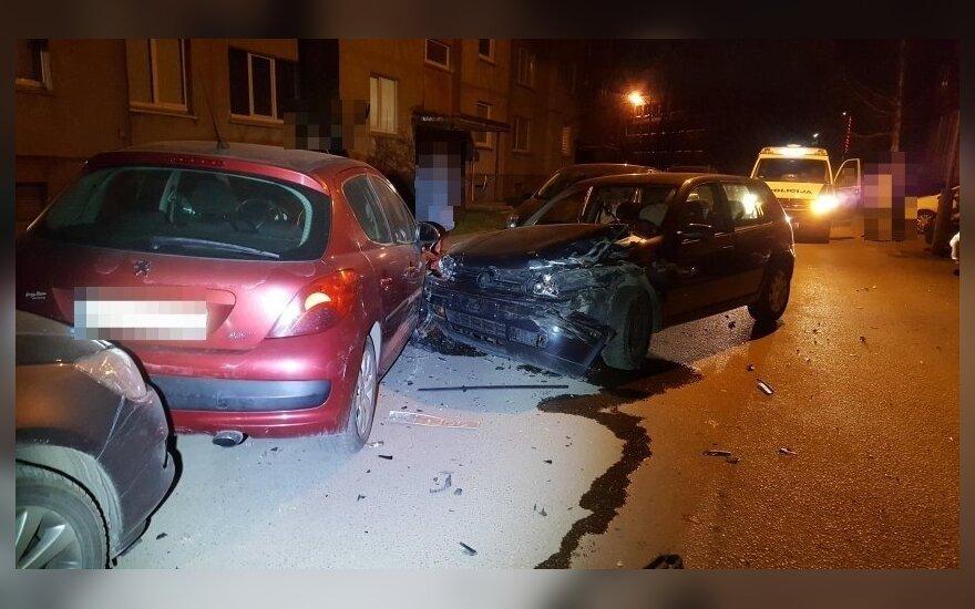Mažeikiuose neblaivus vairuotojas apgadino 6 automobilius