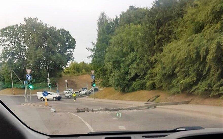 """Vilniuje, prie Rasų kapinių, """"Audi"""" vairuotojas nepastebėjo kliūties ir apvirto"""
