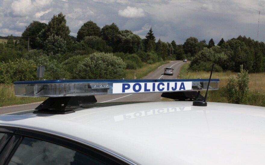 """Į stovintį policijos automobilį trenkėsi jauno vyro vairuojamas """"Renault"""""""