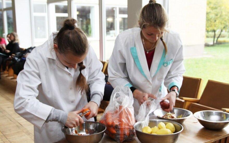 Iš studentų rankų - šilta sriuba išalkusiems miestiečiams