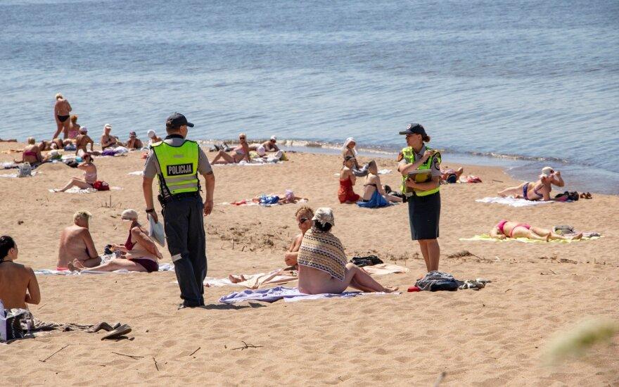 Melnragėje nuogalės policijos įspėjimų nepaiso ir atsisako nors kiek apsirengti