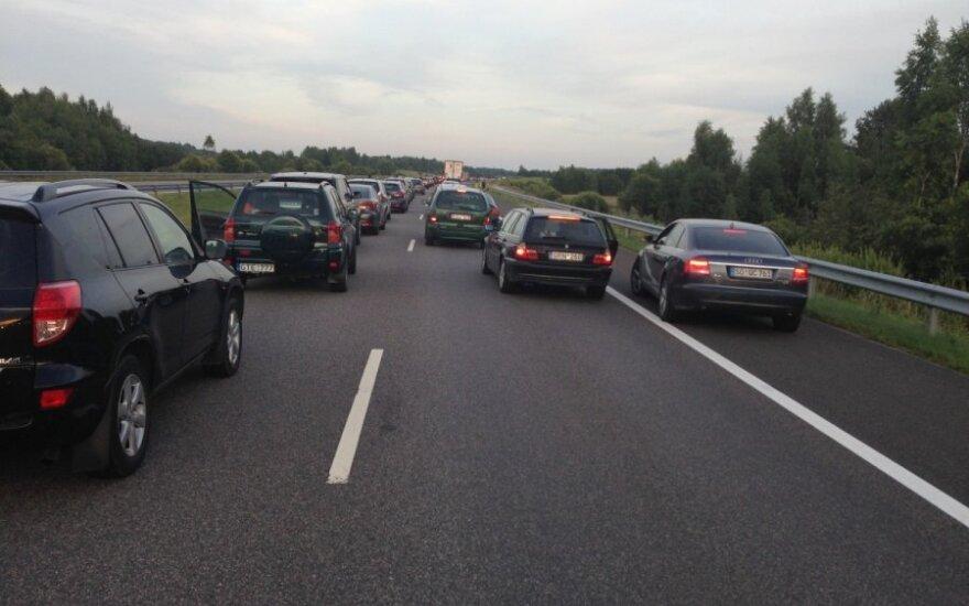 Automobilių spūstis kelyje Klaipėda-Vilnius
