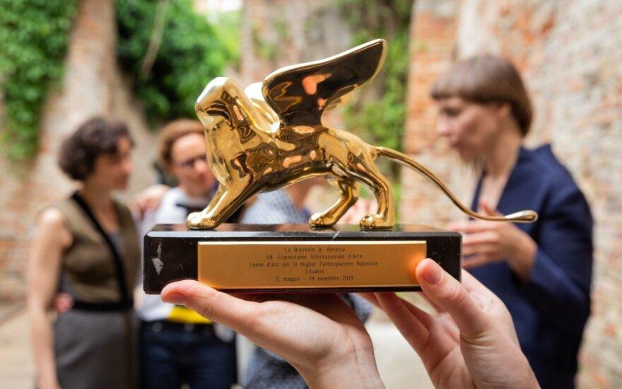 """Asociacija LATGA """"Auksinį liūtą"""" Venecijos bienalėje pelniusioms autorėms skyrė 9000 Eur"""
