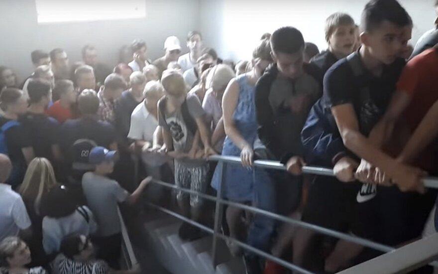 Kad patektų į dėvėtų drabužių parduotuvę, baltarusiai eilėje laukė visą naktį