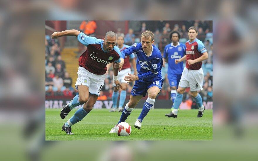 """Johnas Carew (""""Aston Villa"""", kairėje) kovoja su Philipu Neville'u (""""Everton"""")"""