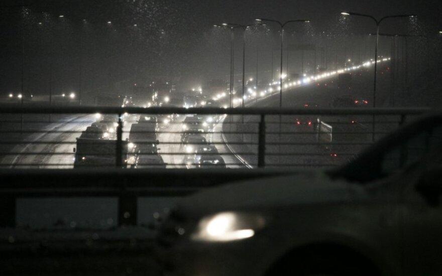 Naktį vairuotojų lauks sunkios eismo sąlygos