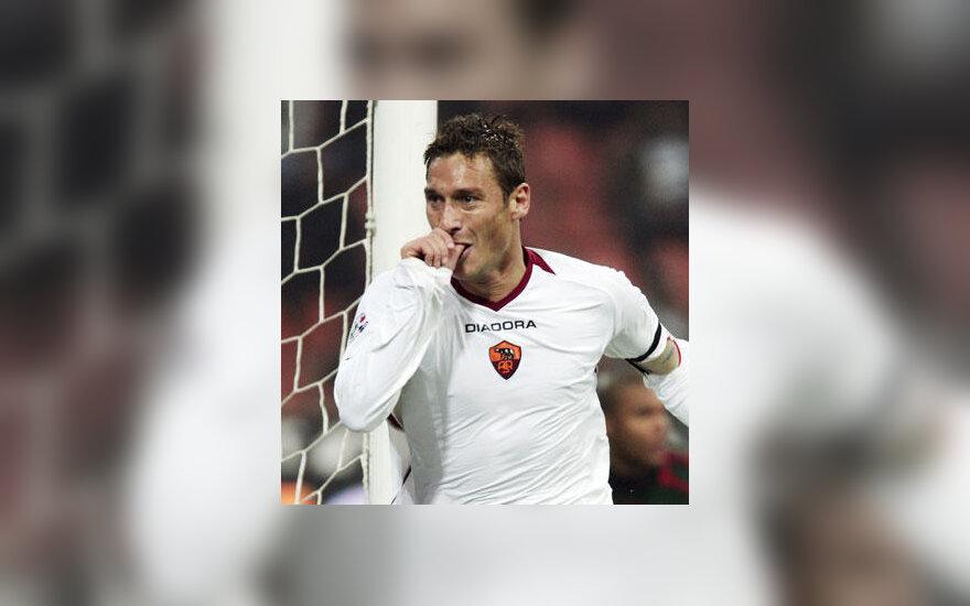 """Francesco Totti  (""""AS Roma"""")  po įvarčio į """"AC Milan"""" vartus"""