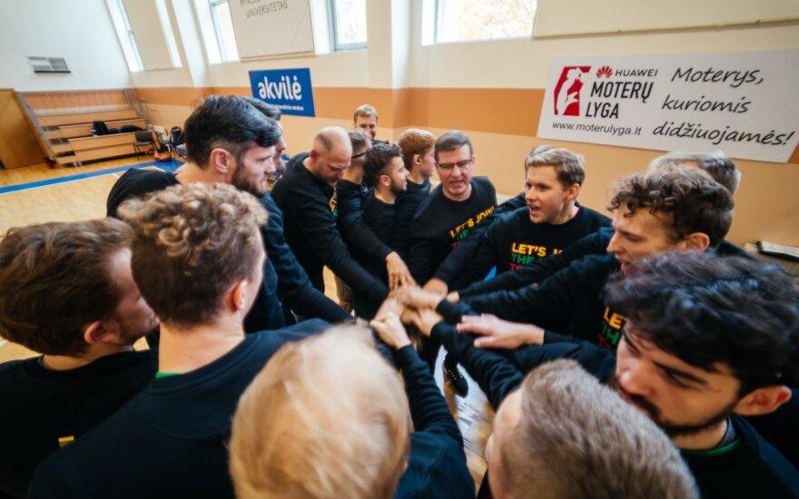 Kurtieji krepšininkai siunčia palaikymo gestą mažiesiems ligoniams (Foto: Marius Linauskas)