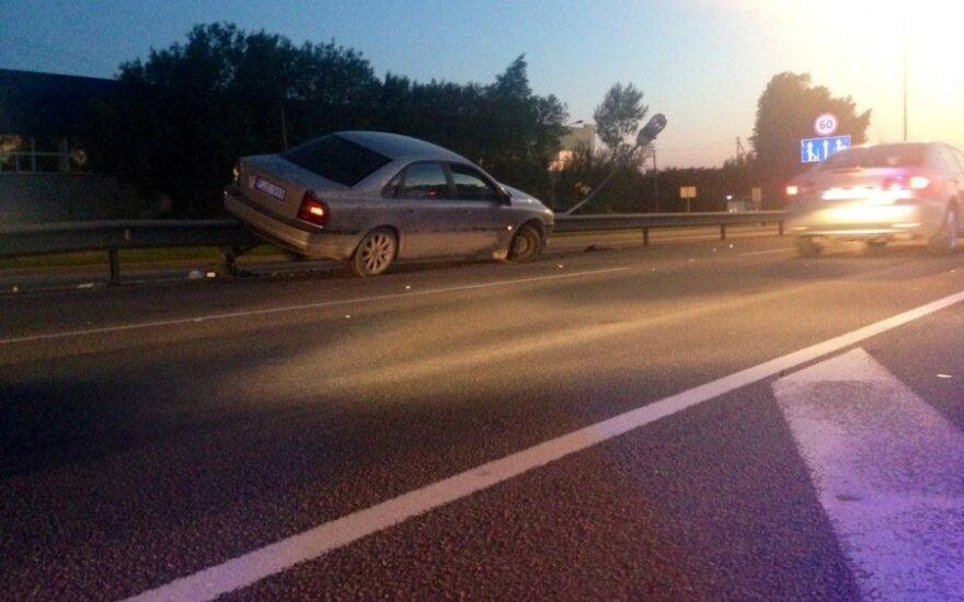 """""""Volvo"""" pakibus ant atitvaro, kiti vairuotojai puolė į pagalbą"""