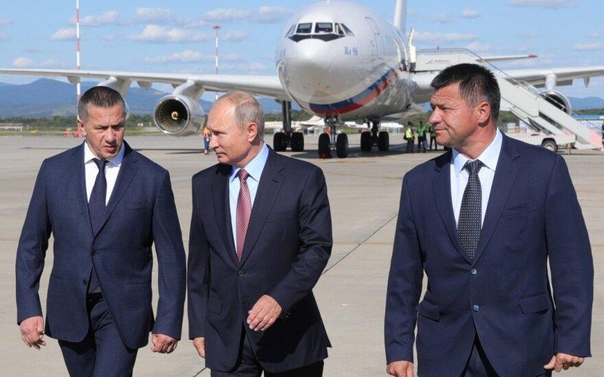 Vladimiras Putinas (viduryje), Andrejus Tarasenka (dešinėje)