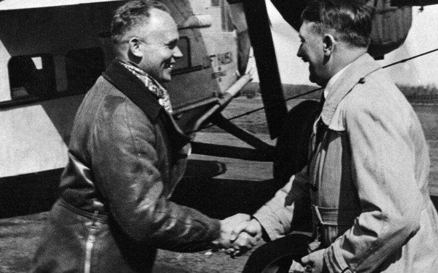 Knygos autorius H. Bauras spaudžia ranką A. Hitleriui