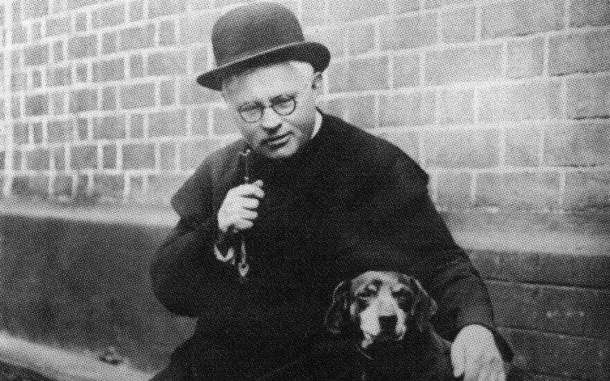 Vaižgantas su šuneliu Kauku prie Vytauto bažnyčios, 1928 m.