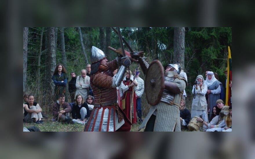 """Senovės baltų kovų brolijos """"Vilkatlakai"""" pasirodymas ant Kulionių piliakalnio"""