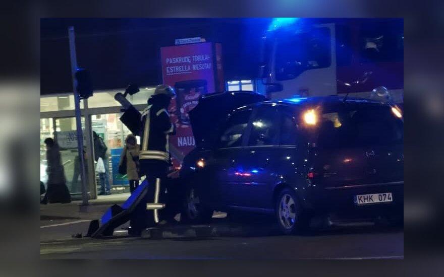 """Vilniuje šalia parduotuvės """"Opel"""" nulaužė šviesoforą, paaiškėjo, kad vairuotojas girtas"""
