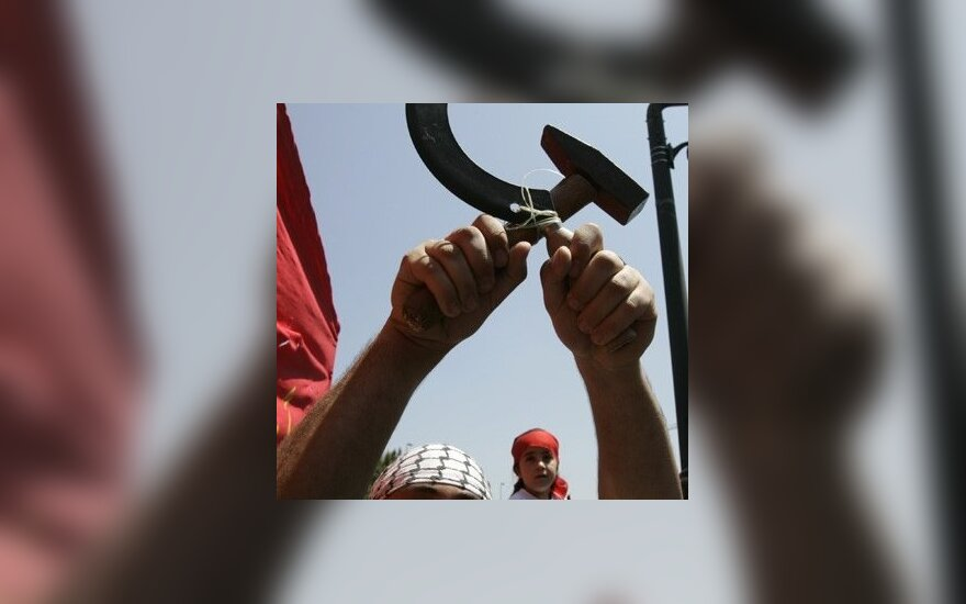 Libanietis laiko kūjį ir pjautuvą, komunizmo simbolį.