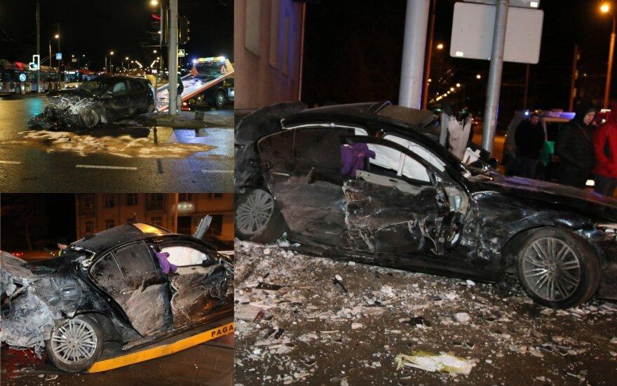Avarija Antakalnyje: po susidūrimo BMW rėžėsi į sieną