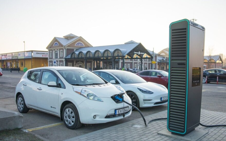 Kaune pradėjo veikti galingiausia elektromobilių įkrovimo stotelė