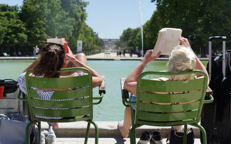 Prancūzai nepatogiai, bet skaito Liuksemburgo sode, Paryžiuje / Filip Mishevski nuotr.