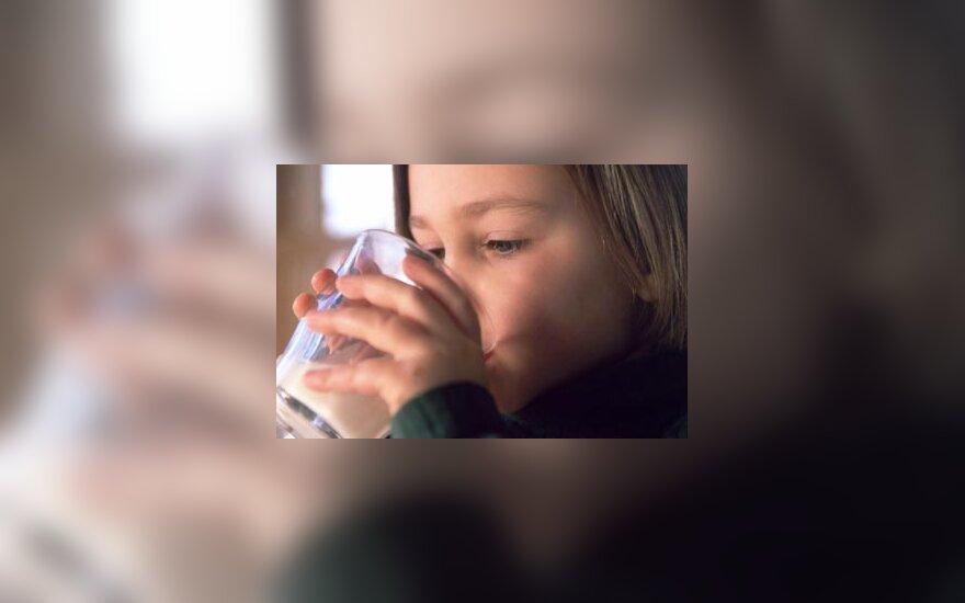 Mergaitė geria pieną, pienas