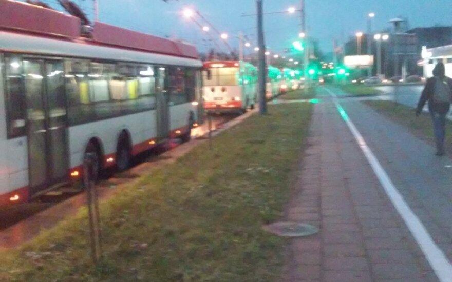 Pirmadienį sostinės troleibusų keleiviai įstrigo spūstyje