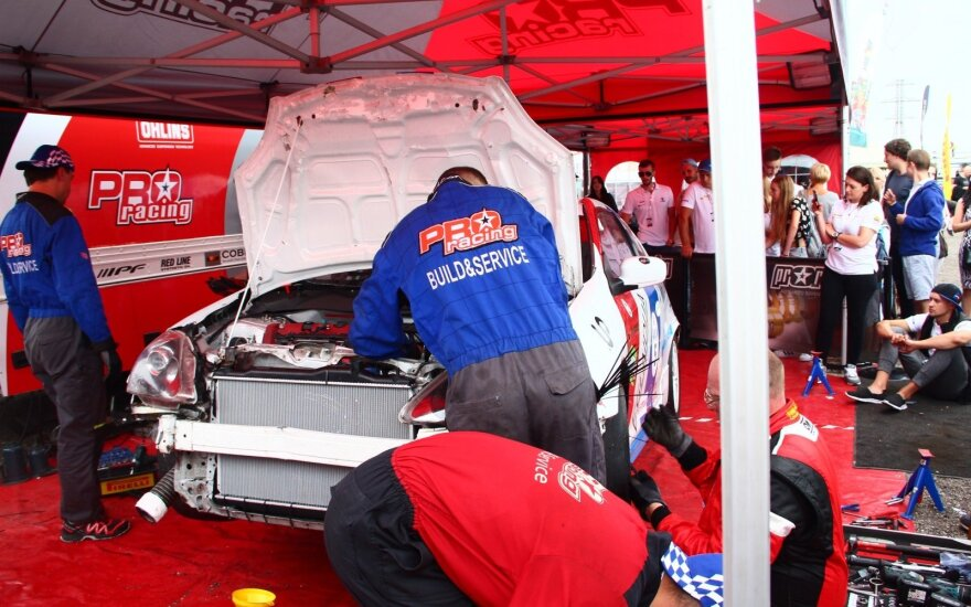 """MK technika - Šlepikas Motorsport"" komandos mechanikai remontuoja automobilį"