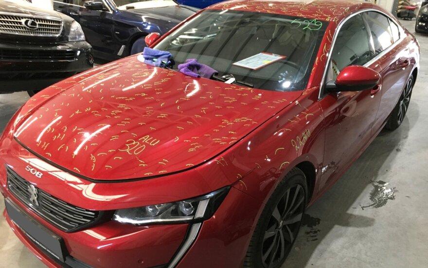Užfiksavo padarinius po krušos: ant automobilio – daugiau kaip 1600 duobučių