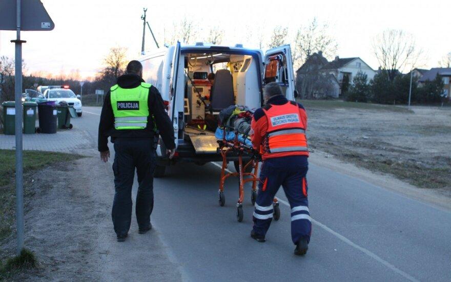 """Automobilio partrenktas girtas meškeriotojas medikams pareiškė, kad jam skauda """"dūšią"""""""