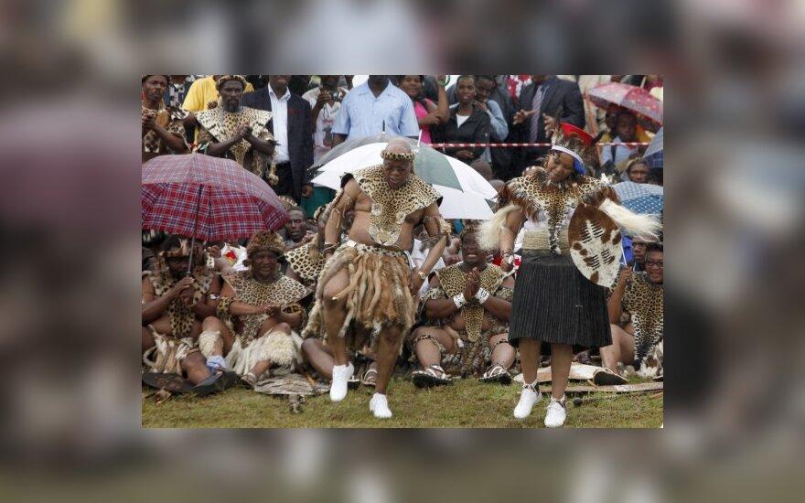 Per penktąsias  vestuves prezidentas Jacobas Zuma šoka su nuotaka Thobeka Madiba.