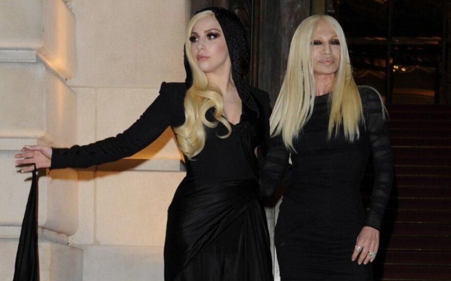 Paryžiaus mados savaitėje pasirodžiusios Lady Gaga ir D. Versace – it motina ir dukra