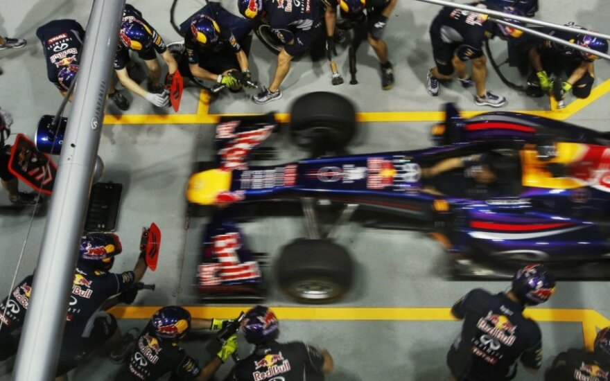 Sebastianas Vettelis mechanikų apsuptyje