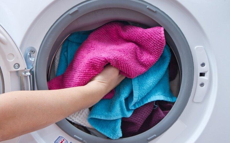 Kodėl skalbiant verta į skalbimo mašiną įdėti drėgną servetėlę