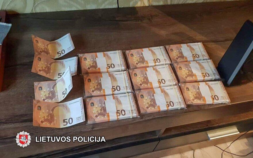 Naujosios Akmenės gyventojas parsisiuntė tūkstančius padirbtų eurų ir ėmė leisti juos į apyvartą