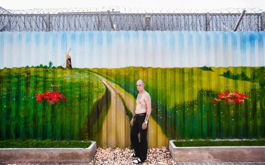 2016 08 08 Tatuiruočių meistras Piotras, šalia savo ištapytos sienos pataisos namuose © DELFI / Domantas Pipas