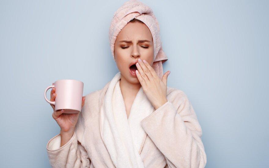 Moteris, gerianti kavą