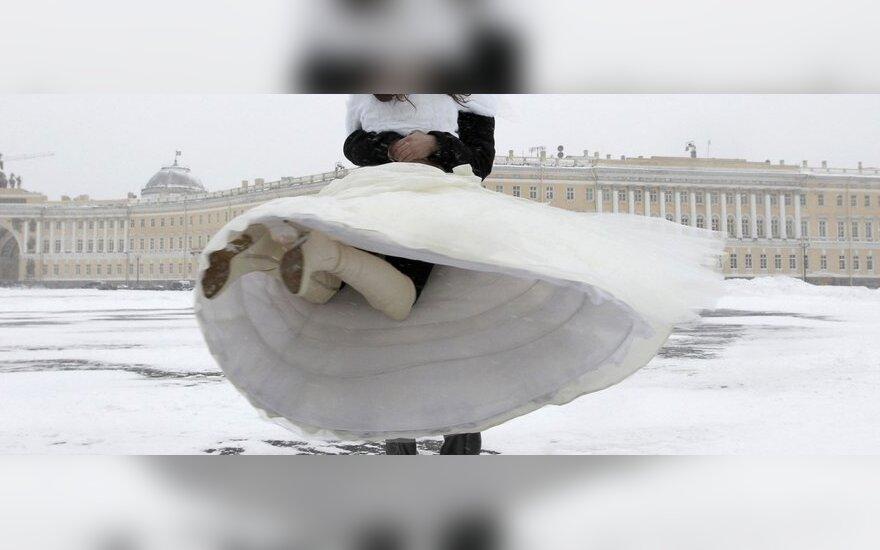 Jaunavedžiai apsnigtoje Sankt Peterburgo Rūmų aikštėje, Rusijoje.
