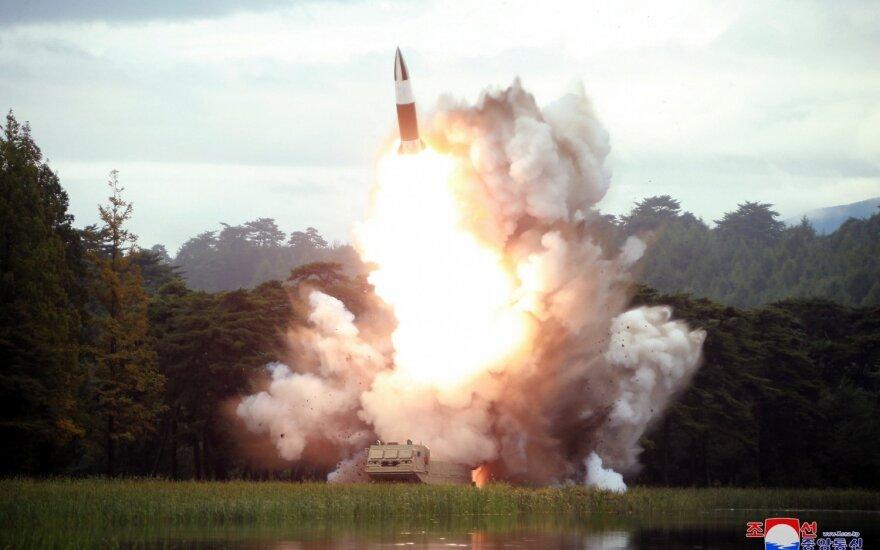 """Šiaurės Korėjos lyderis vėl stebėjo """"naujo ginklo"""" bandymą"""